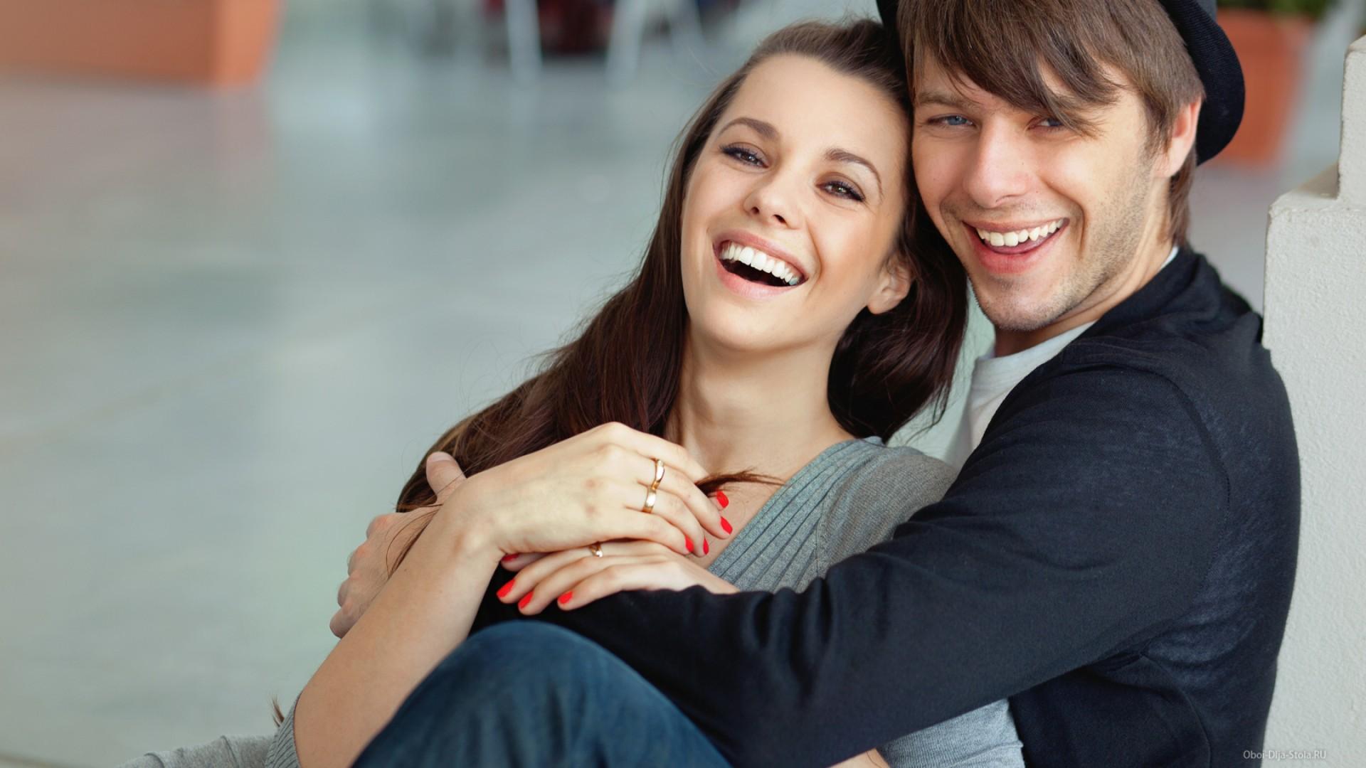 Смеющиеся парень и девушка фото